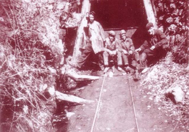 Miners davant la boca d'una mina