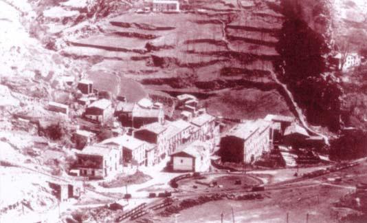 Vista del nucli de Surroca de Baix i la Plaça Dolça