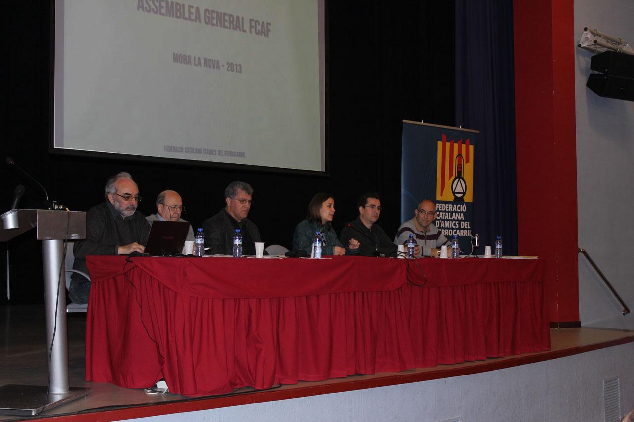 La taula de l'Assemblea, amb la regidora de cultura de Móra la Nova i el president de l'APPFI, amfitrions de l'esdeveniment.